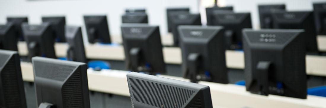 Reihe mit Computern, die mit Inventaretiketten gekennzeichnet werden sollten